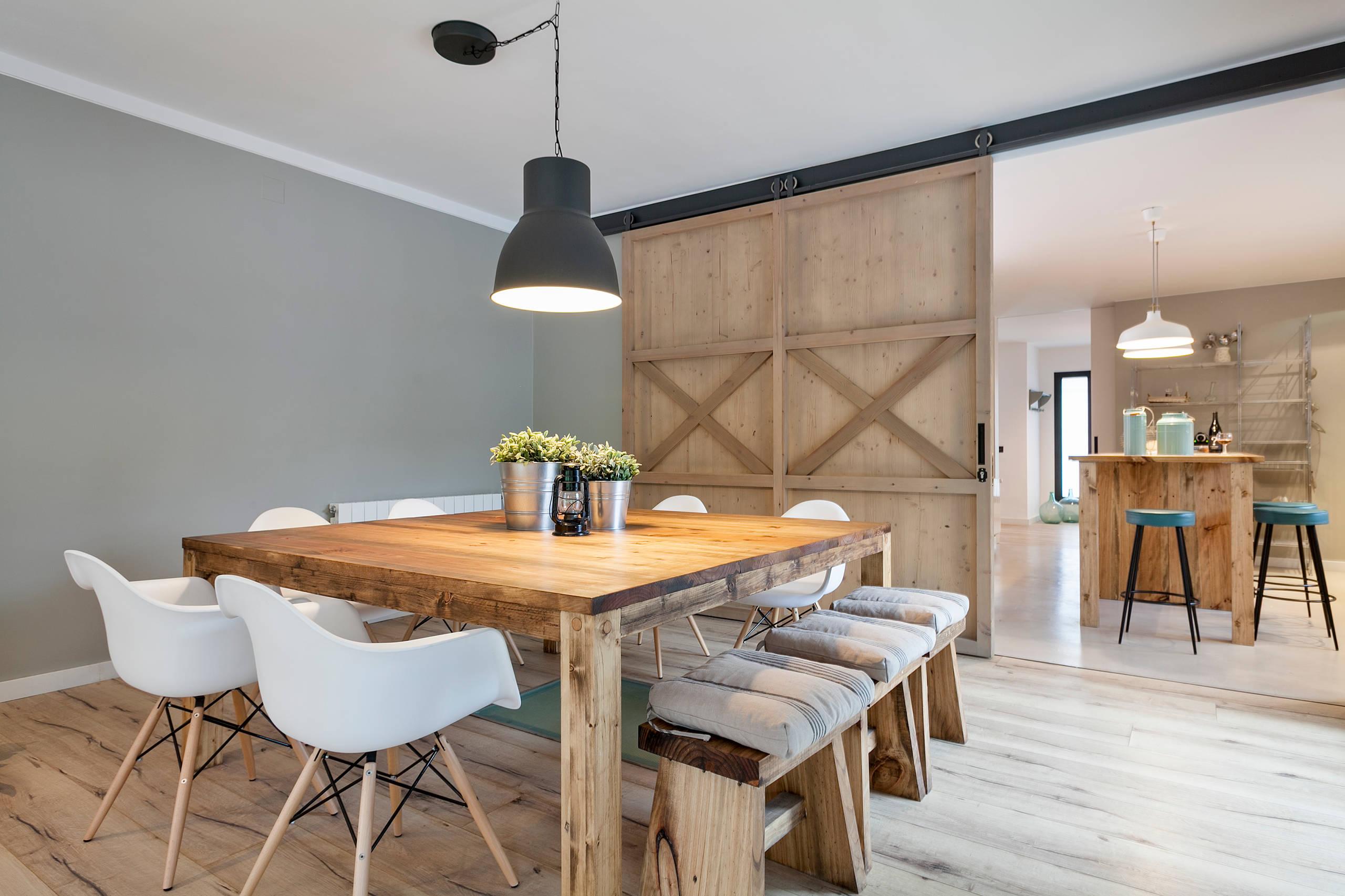 Casa decorada con predominio de madera
