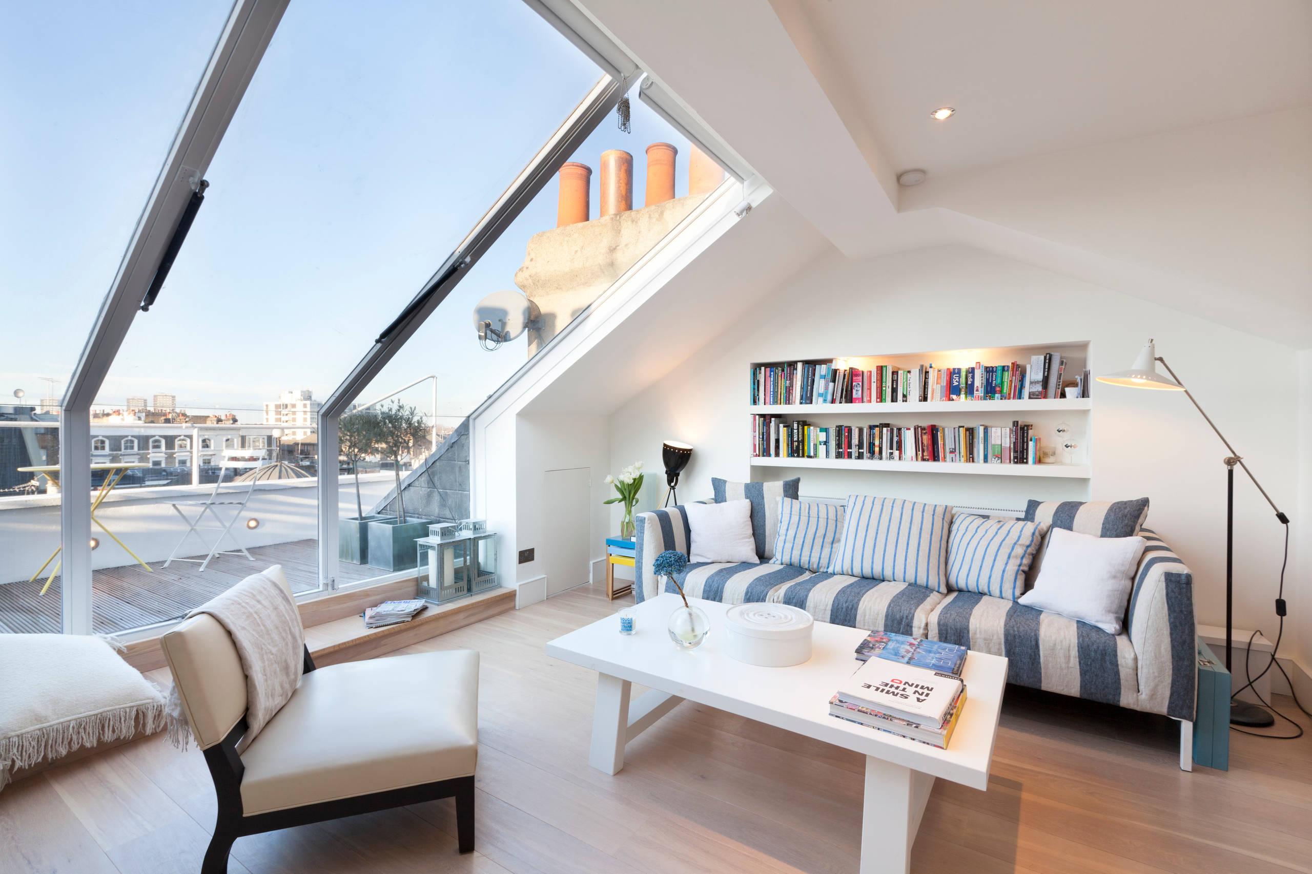 Gran ventanal con luz natural en la sala de estar
