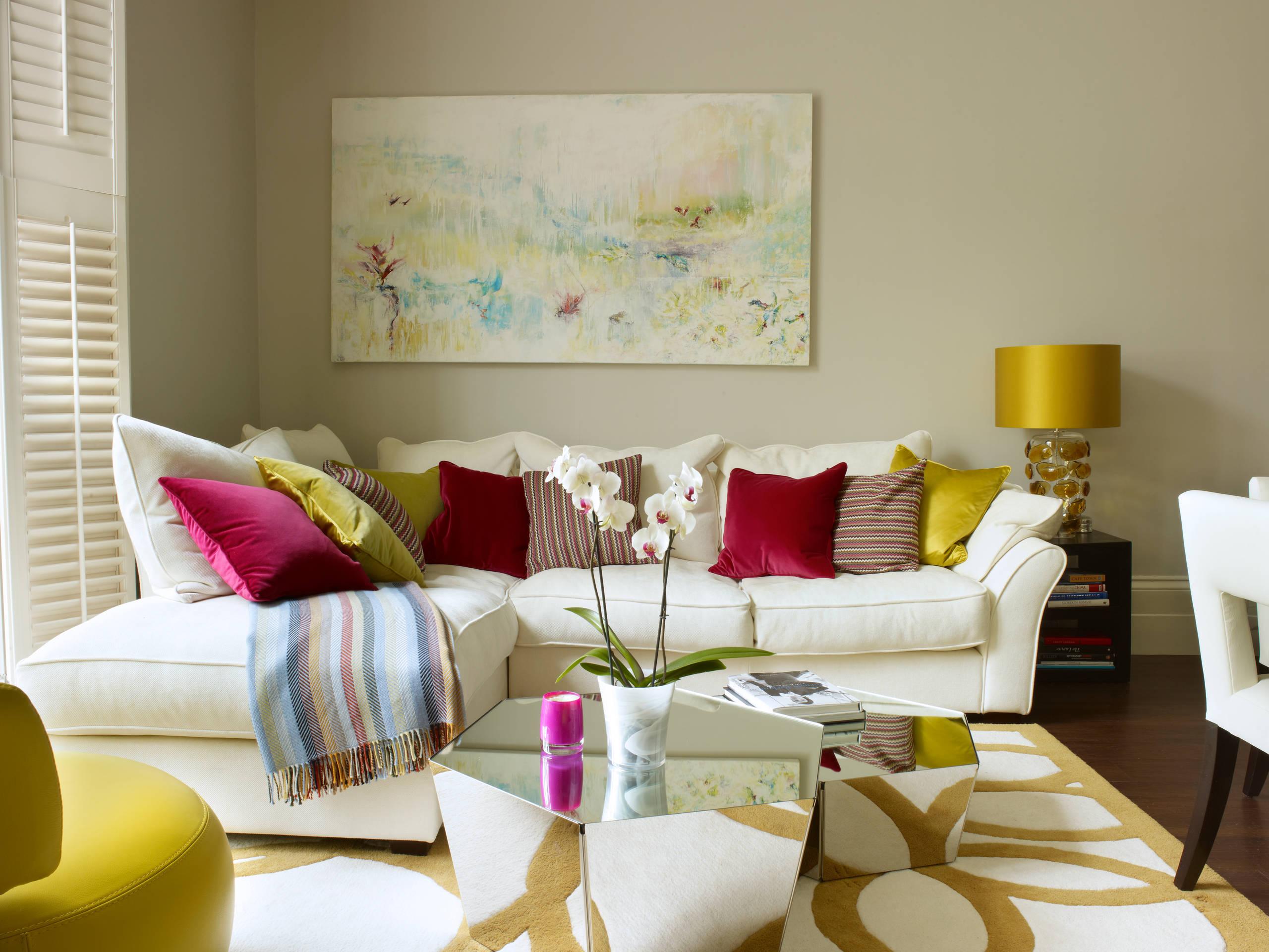 Sofá con muchos cojines que aportan confort