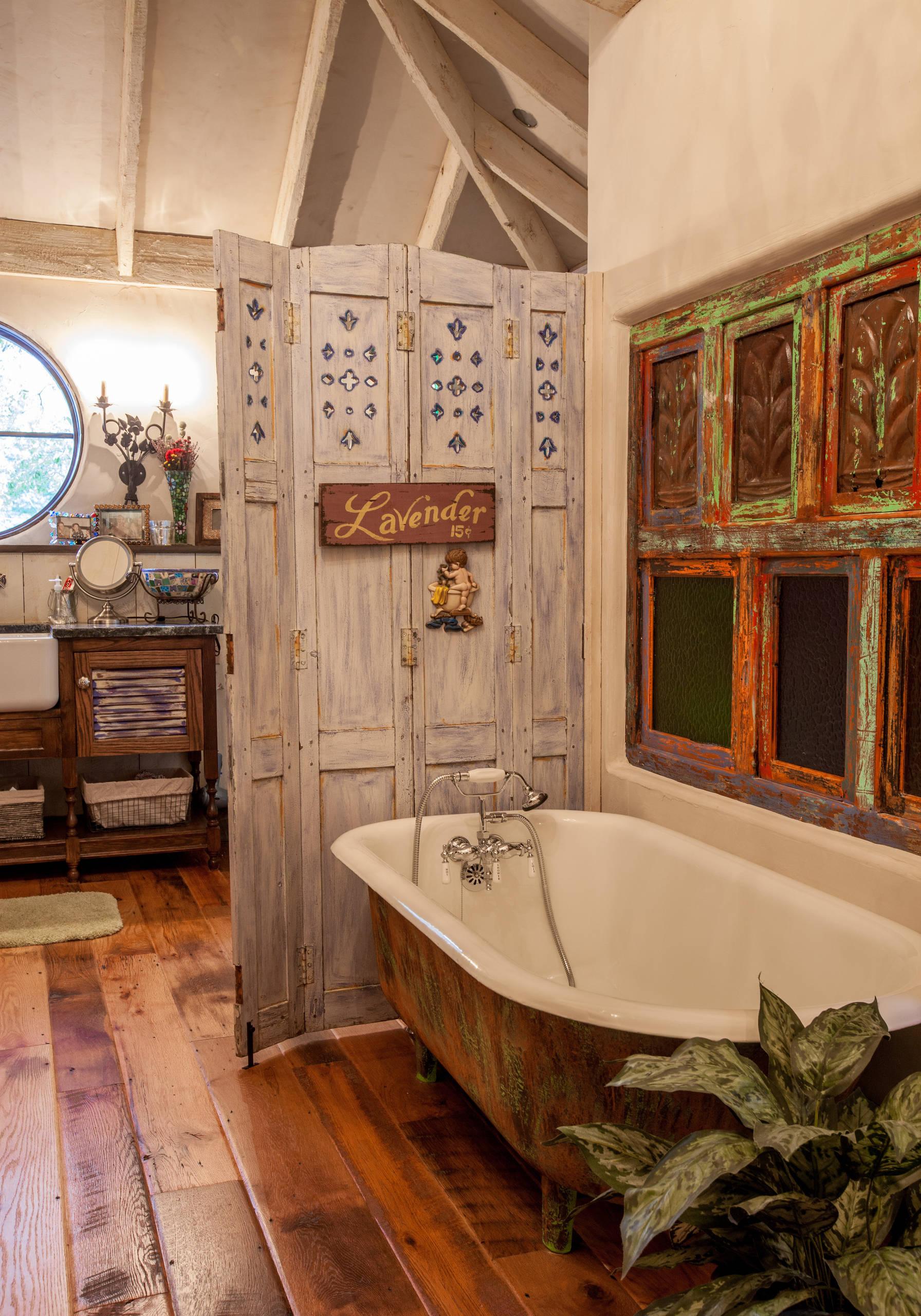 Biombo en cuarto de baño. Estilo rústico.