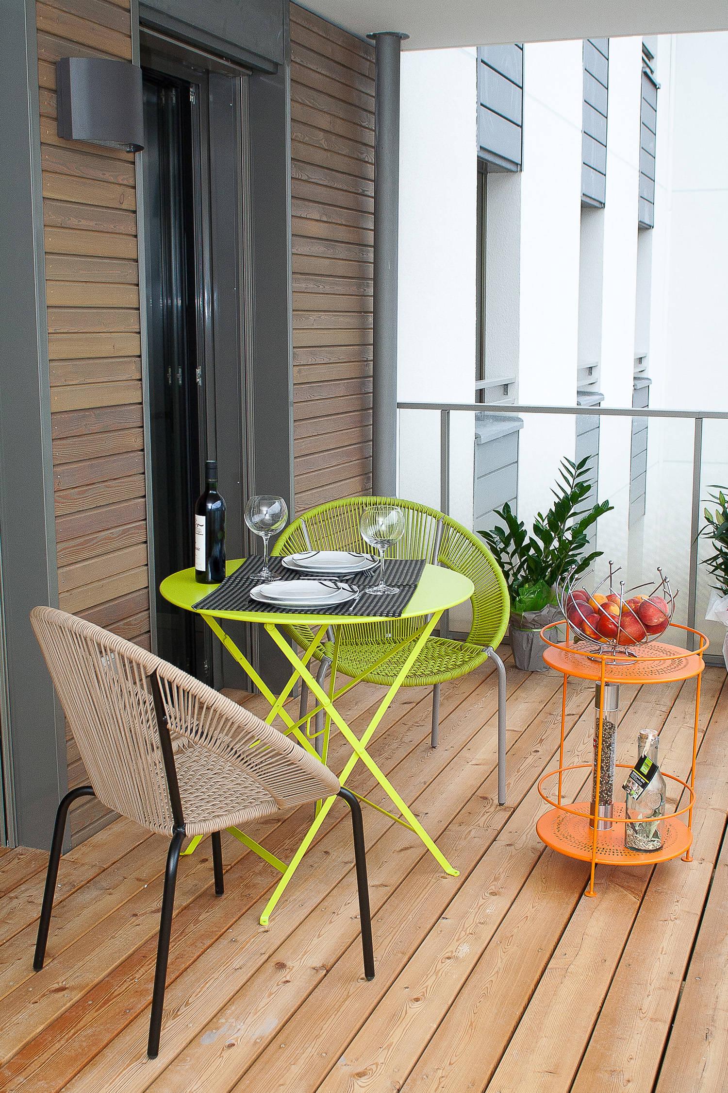 Terraza con sillas flúor amarilla y naranja