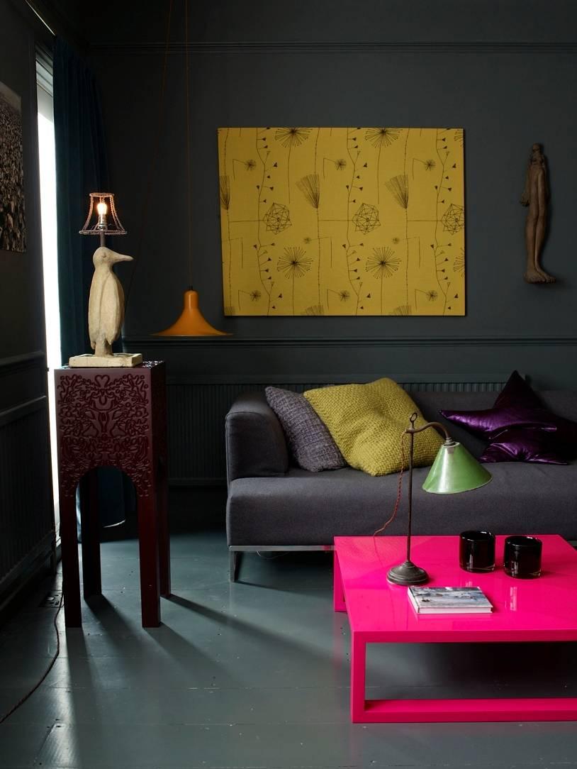 Mesa flúor rosa en salón
