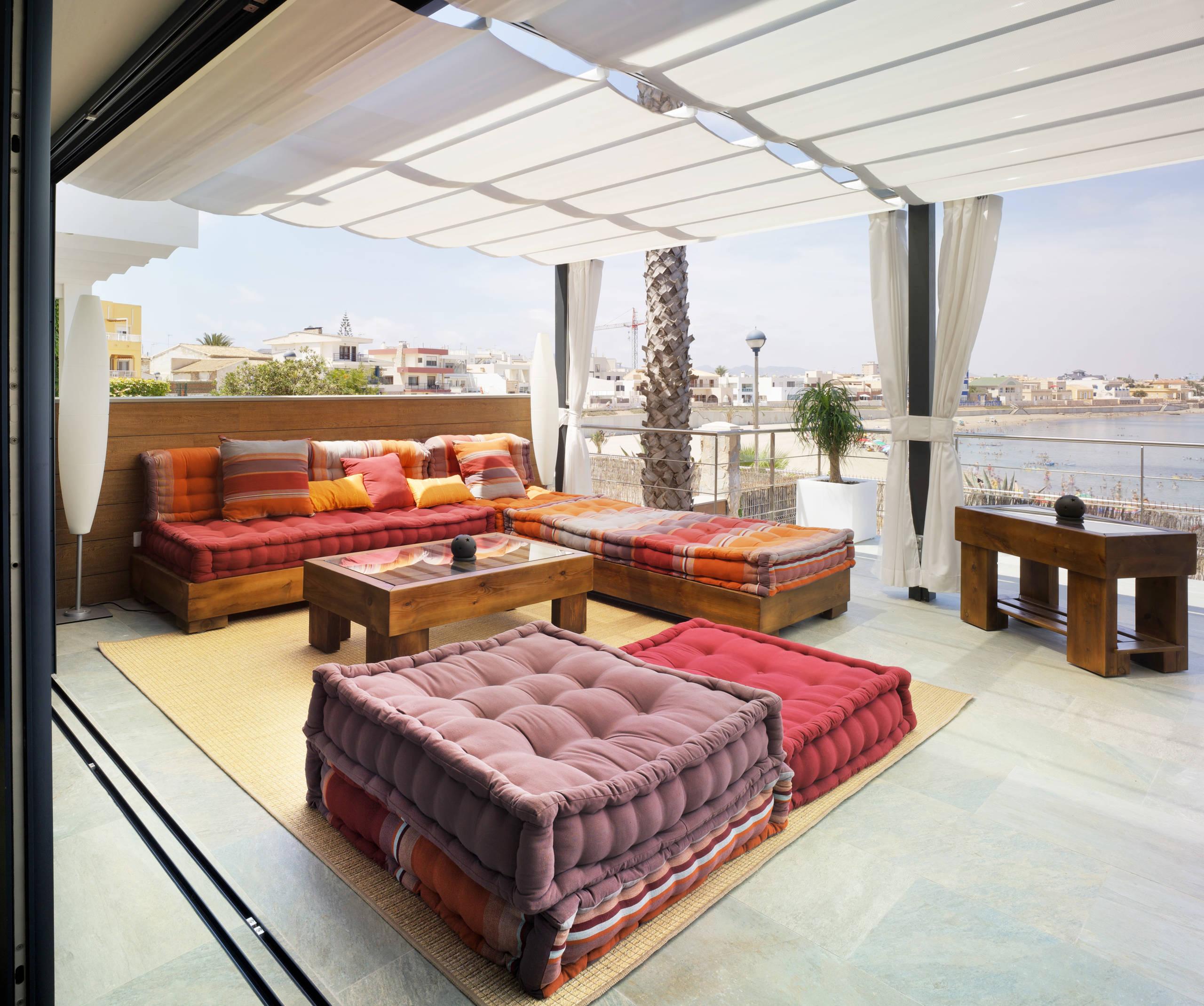 terraza con cojines estilo oriental
