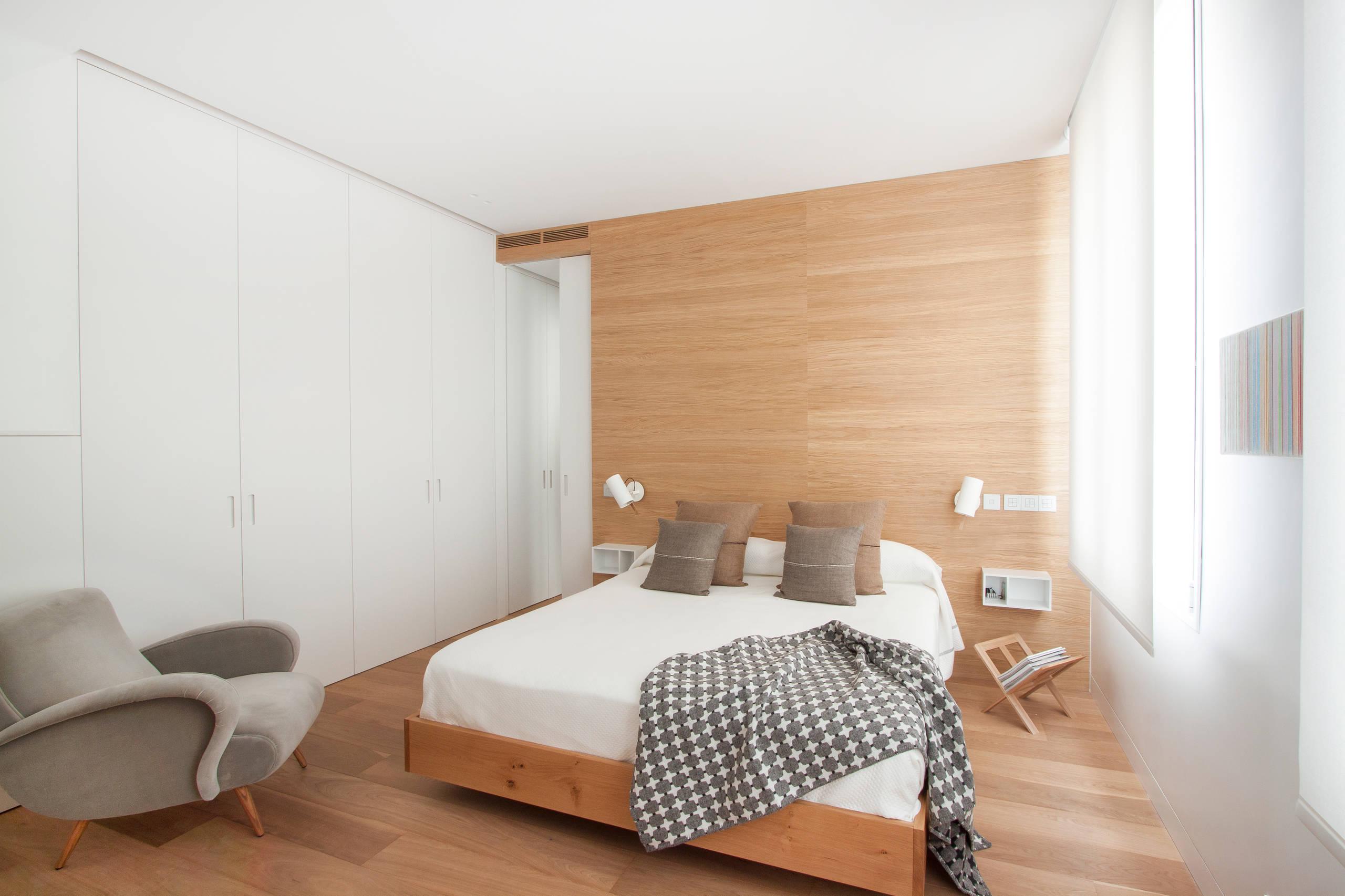 Dormitorio moderno espacioso para el confort