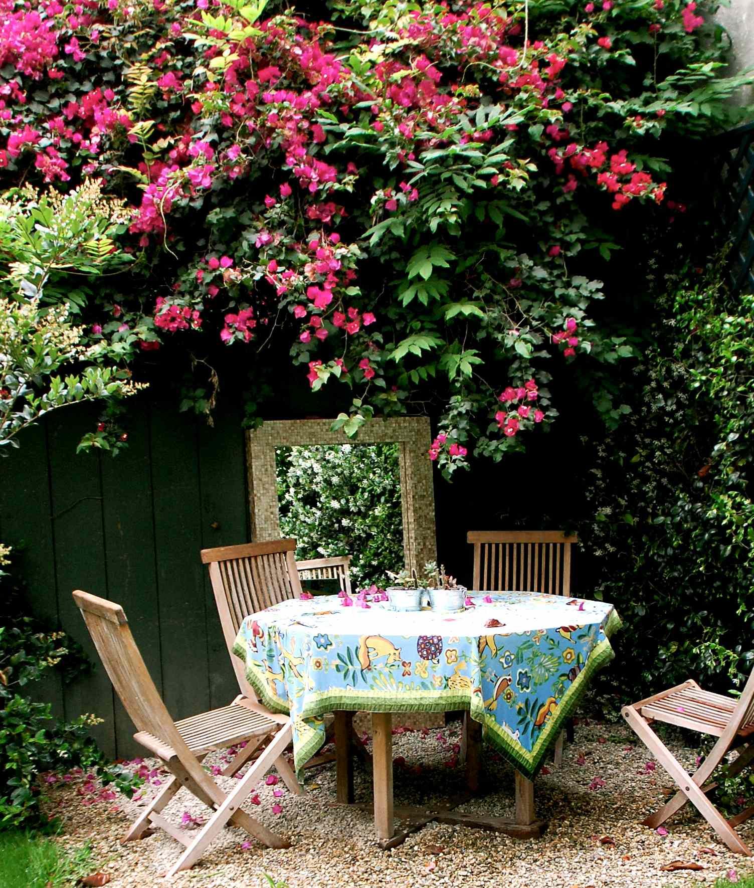 Terraza veraniega con flores rosas