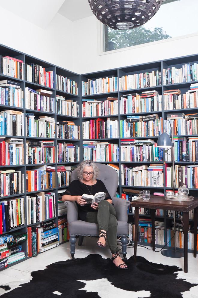 Mujer rodeada de libros