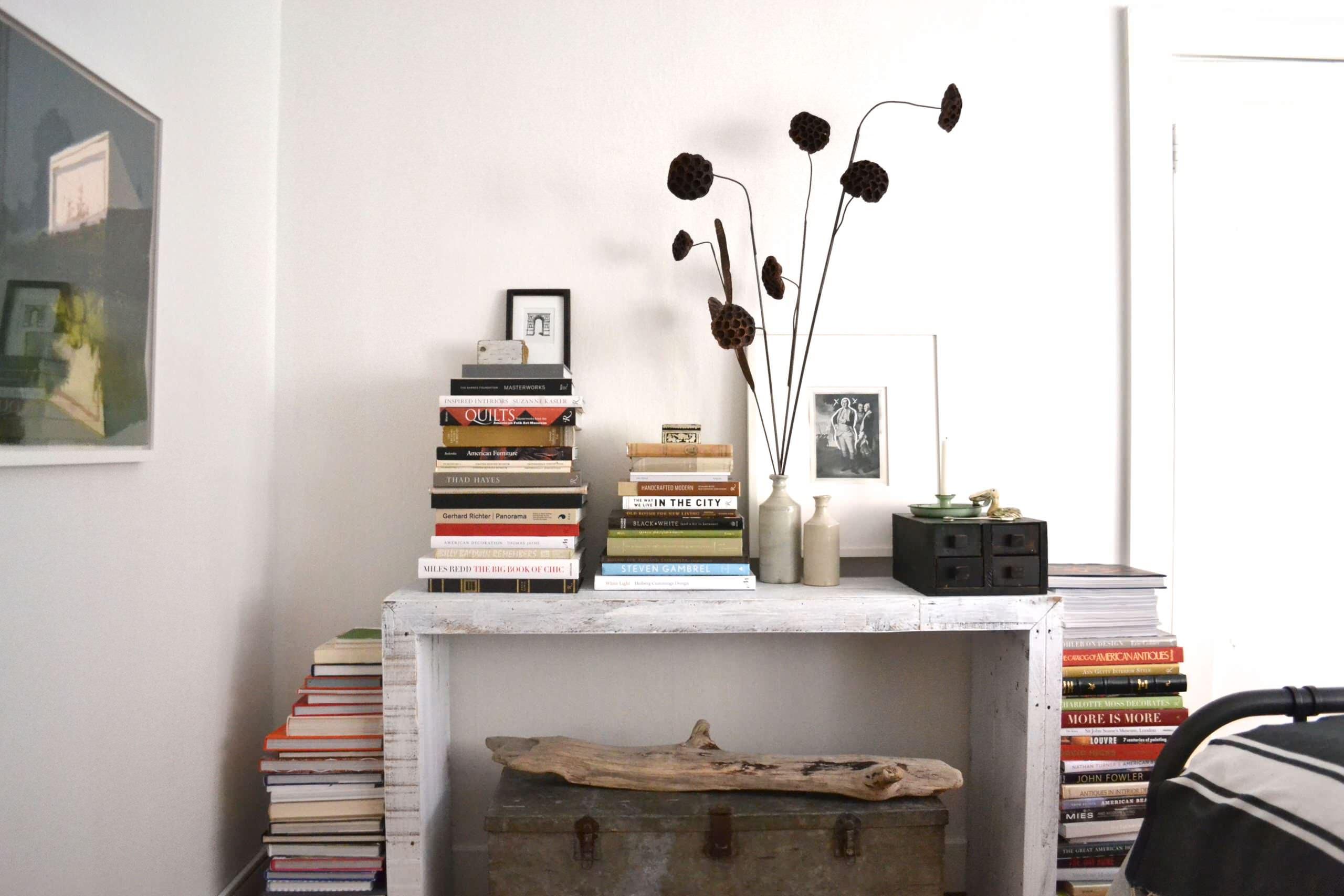 Mesa decorativa con libros