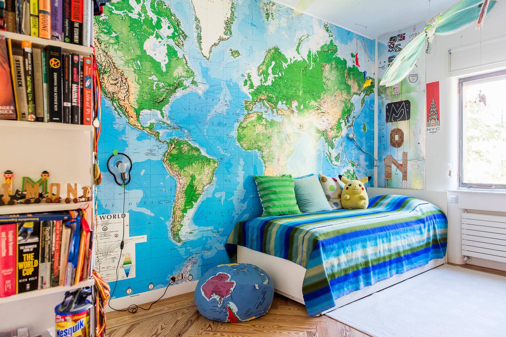 dormitorio juvenil con mapa del mundo