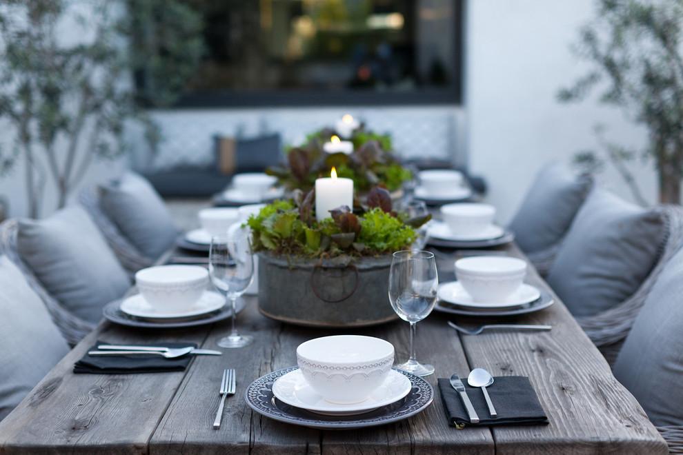 centro de mesa con vajilla de porcelana