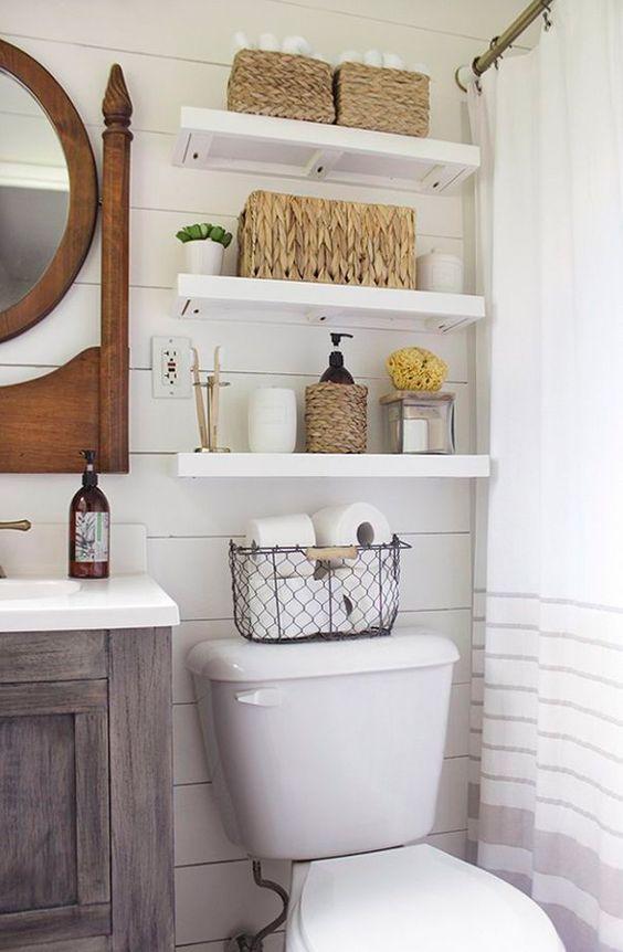Organización de los baños, baldas encima del water