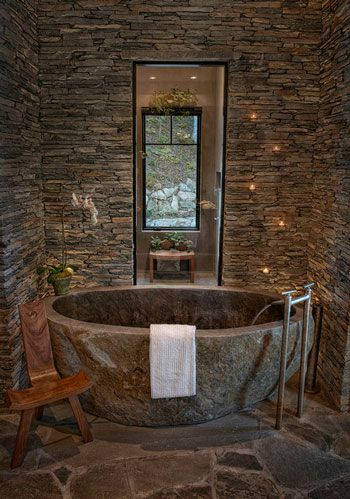 decoración de baños rústicos bañera de piedra